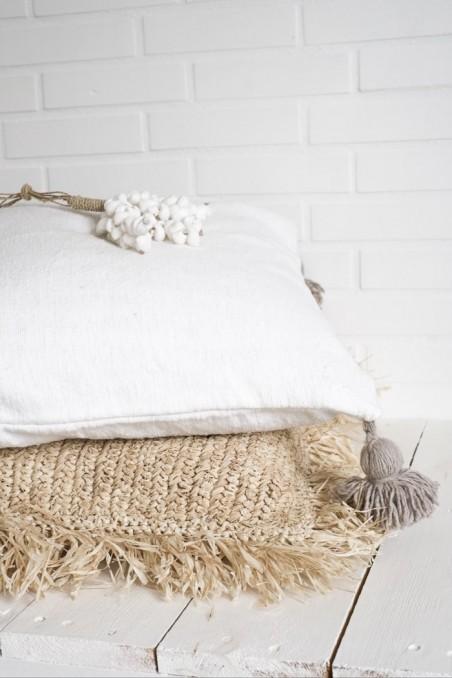 coussin berbere blanc pompons beiges foncés - wkhdeco