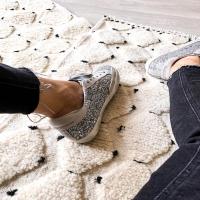 Par les temps qui courent je n'attends pas que la vie s'apaise d'un coup de baguette magique alors je mets des paillettes dans ma vie, à mes pieds et sur les nouveaux mini tapis dispo dans la boutique en ligne ✨✨✨  Belle soirée ✨  #wkhdeco #inspirationdeco #paillettes #laine #tapis #tapislaine  #decoboheme #idéedécoration #idéedeco #inspirationdeco #laminutedéco #décomaison #instadécoration #interior4u #scandinavedeco #scandinavehome  #homedeco #décochambre  #tapisberbere #beniouarain