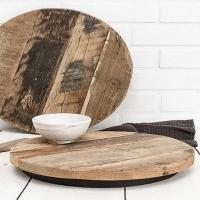 Rien ne se perd et j'aime cet esprit !  Le recyclage est une jolie façon de consommer ! Et quand c'est beau c'est le pompon ! C'est ce qu'a réalisé @madamstoltz en fabriquant ces jolis plateaux en bois recyclé. Aussi beaux en deco, à poser sur une table, ou encore en dessous de plat ou planche à servir, on adore !   Belle soirée 💫   #wkhdeco #wood #bois #boisrecycle #centredetable #vintage #vintagedeco #deco #decoration #artdelatable #ideedeco #objetdeco #eshopdeco #slowdeco #madamstoltz