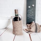 Je ne fais que passer… ce soir c'est dîner chez des amis ♡ Jamais sans une bonne petite bouteille (à consommer avec modération) dans un joli porte bouteille en raphia pour arriver avec classe et originalité ✌🏼  Et vous quoi de prévu ce soir ?   Douce soirée   #wkhdeco #decoinsta #décoaddicts #idéedeco #interieuraddict #teamdeco #homedéco  #deconaturel #matierenaturelle #styleboheme #decorationbohème #ethnique #decoethnique #raphia #portebouteille #artdelatable #torchons #harmonytextile