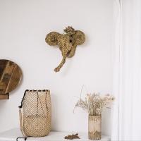 «Un air de savane»   C'est le dernier !  Dernier petit trophée éléphanteau disponible sur le eshop wkhdecoshop.fr On aime sa petite taille atypique et le symbole que représente l'éléphant dans une maison : chance, protection et stabilité.  Certaines d'entre vous ont déjà craqué et l'on mis dans leur entrée, leur salon, dans la chambre de leur enfant, ou même encore en extérieur sur une terrasse !   Belle semaine   #wkhdeco #paille #pailleaddict #tropheepaille #tropheeelephant #elephant #wabisabi  #artisanatmarocain #artisandumonde #decoboheme  #bohemedeco #naturelledeco #interior4you  #automnedeco  #decoethnicchic  #decorationinterieure #maisondumonde