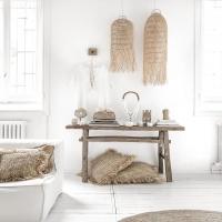 C'est à travers les objets de décoration que l'on crée une ambiance  .  Pour récréer le style bohème chic et naturel de cette ambiance, je vous invite à cliquer sur le lien de notre boutique en ligne dans la bio pour retrouver toute notre sélection d'articles disponible sur cette photo.  ♡ Et bon dimanche ♡  .  #wkhdeco #meublesvintage #bazarbizar #natural #scandiboho #scandihome #decowaisabi #bordeaux #paris #boisbrut #piecesuniques #meublesvintage #decobohochic #bohochic #décobohème #décobohèmechic #wabisabi #wabisabiinteriors #slowdecor #whitehome #whitedecor #decoethnique #decoscandinave